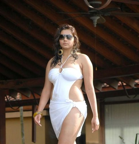 Tamil Actress Namitha Exposes Tight Boobs And Sexy Figure