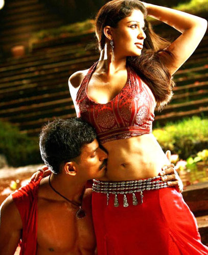 Nayanthara Exposed Her Navel And Bare Back Cleavage In Lowcut Blouse