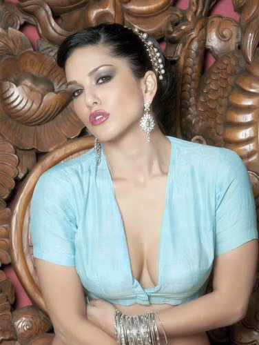 Sunny Leone Shows Her Breasts Cleavage In Blouseless